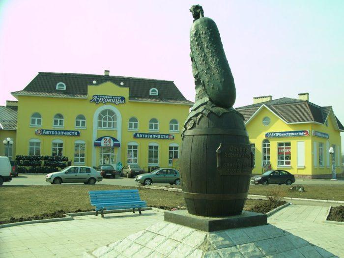 Памятник огурцу-кормильцу. | Фото: dacha.help.