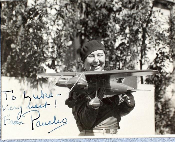 Панчо Барнс с моделью самолета. | Фото: messynessychic.com.