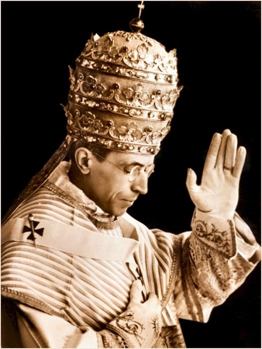 Папа Римский в тиаре. | Фото: trendymods.com.