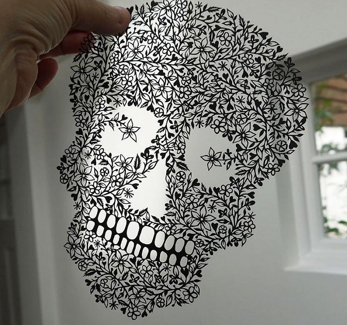 «Цветочный» череп, вырезанный из бумаги.