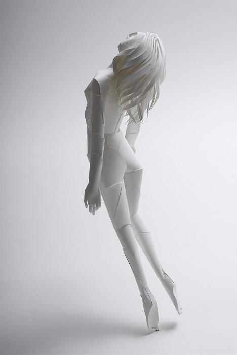 Фигура девушки, склеенная из бумаги.