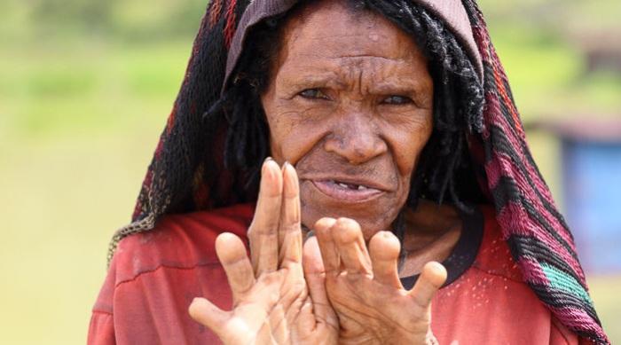 Теряя родственников, женщины отрубали себе пальцы.   Фото: cdn.fishki.net.