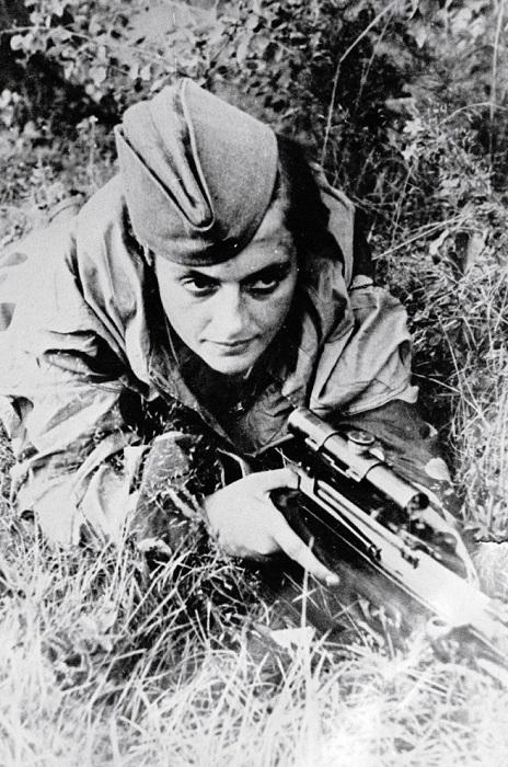 Людмила Павличенко во время обороны Севастополя, 6 июня 1942 года. | Фото: pandoraopen.ru.