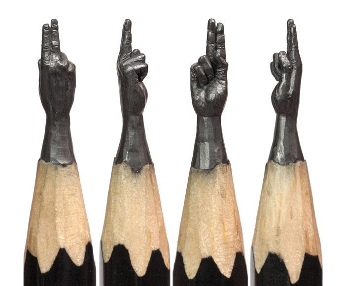 Миниатюра, вырезанная из карандашного грифеля.