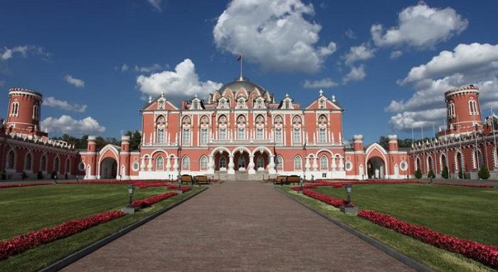 Отель «Петровский дворец». | Фото: little-histories.org.