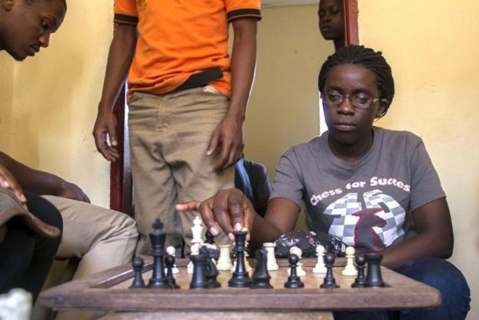 Африканская девушка - гений игры в шахматы. | Фото: morediva.ru.