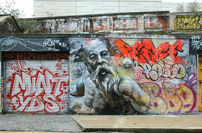 Мифологические персонажи на городских стенах.