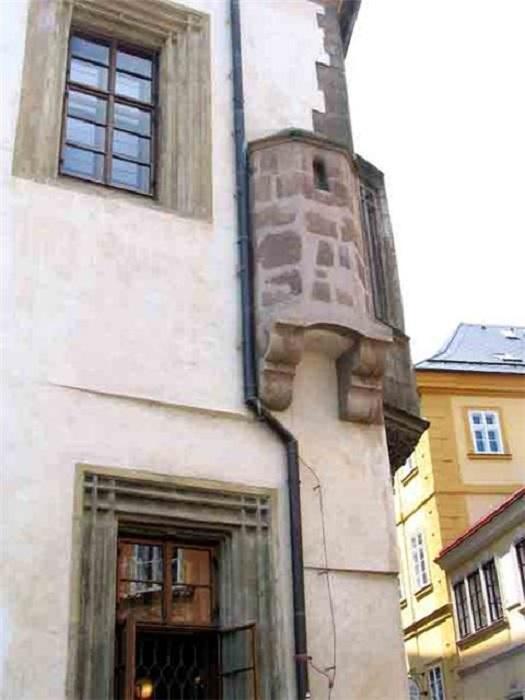 Средневековый туалет. Все содержимое из которого сразу отправлялось на улицу.