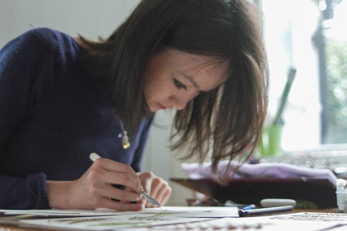 Британская художница при помощи пинцета создает мини-композиции из сухих цветов.