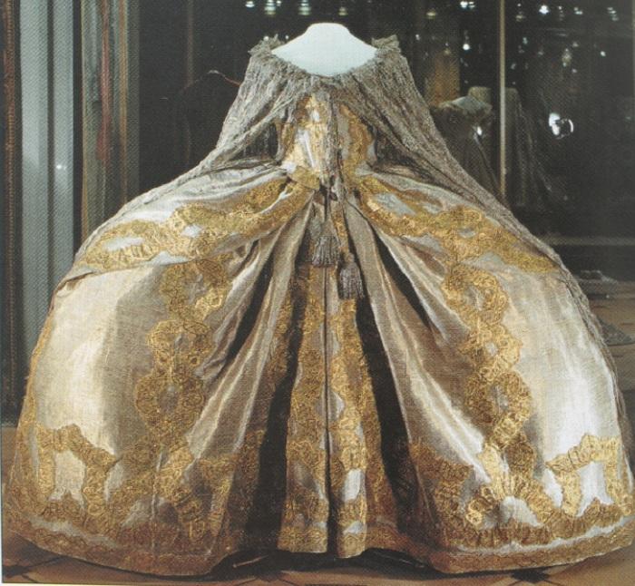 Коронационное платье Елизаветы Петровны. | Фото: kraeved1147.ru.