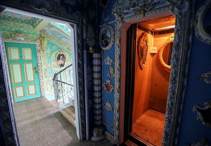 Украшенный вход в лифт. | Фото: fototelegraf.ru.