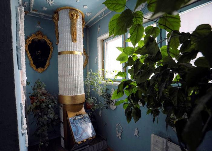 Мусоропровод, стилизованный под античную колонну. | Фото: fototelegraf.ru.