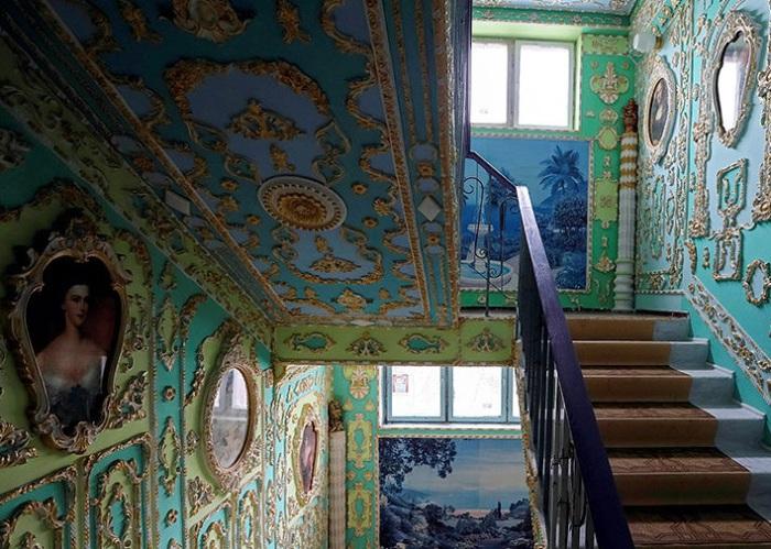 Подъезд одной из киевских многоэтажек выглядит как музей. | Фото: fototelegraf.ru.