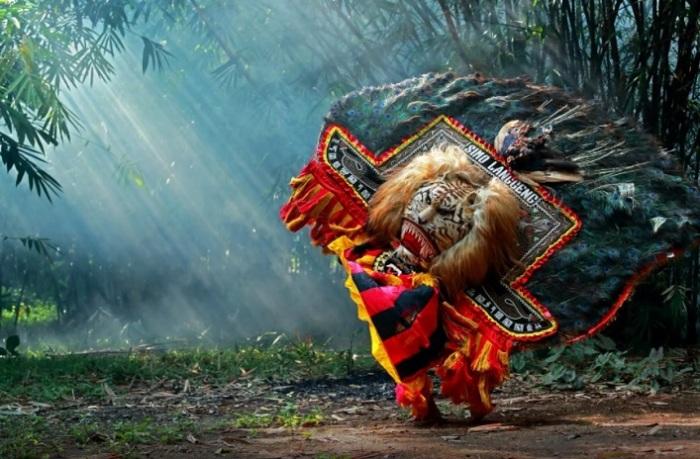 Маска танцующего танец реог понорого. | Фото: 500px.com.