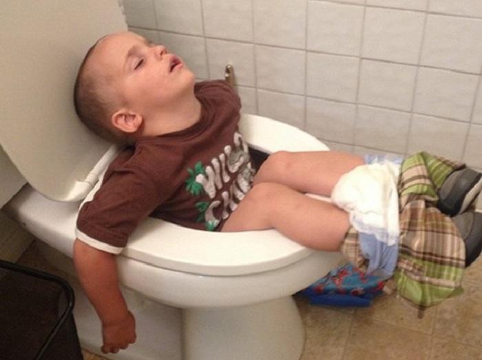 Малыш заснул прямо на унитазе.
