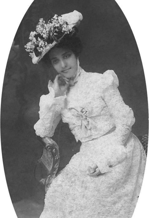 Каюлани в белом платье и шляпе. Снимок Дж. Дж. Уильямса. | Фото: fiveminutehistory.com.