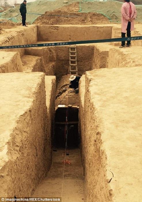К гробницам ведет узкий проход. | Фото: dailymail.co.uk.