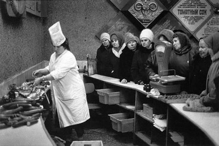 Очередь за колбасой. | Фото: kleinburd.ru.