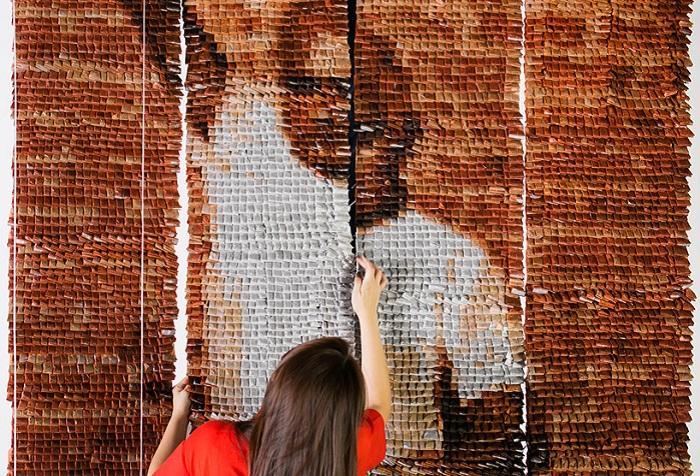 «Teh tarik man» - панно из 20000 чайных пакетиков.