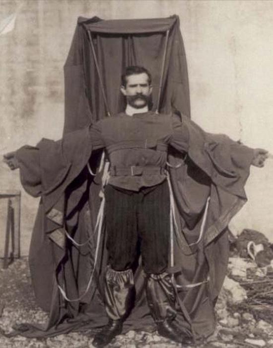 Frantz Reichelt позирует в своем изобретении - плаще-парашюте. | Фото: e-zdravey.com.
