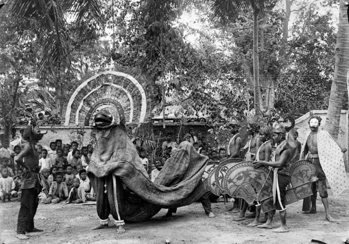 Исполнители танца реог понорого, 1920 год. | Фото: beritaapasaja.blogspot.com.