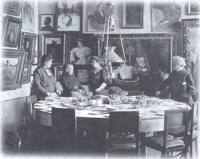 И. Е. Репин и Н. Б. Нордман-Северова (в центре) у «крутящегося» стола, за которым хозяева и гости обедали вместе с прислугой. | Фото: cablook.com.