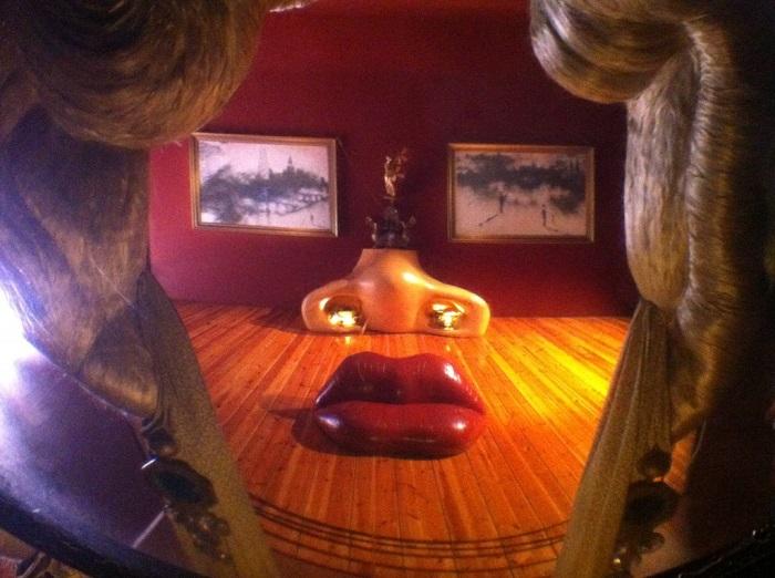 Комната в виде лица голливудской актрисы Мэй Уэст. | Фото: blog.fcs-spb.ru.