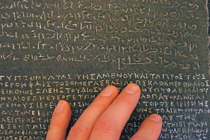 Греческие и египетские письмена на Розеттском камне. | Фото: donalclancy.files.wordpress.com.