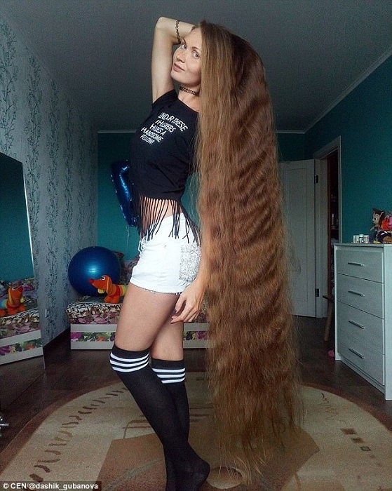 Жительница Барнаула на спор отращивает волосы уже 14 лет.   Фото: dailymail.co.uk.