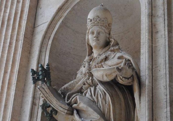 Статуя в Риме, изображающая папессу Иоанну.