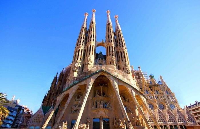 Temple Expiatori de la Sagrada Familia - знаменитое творение Антонио Гауди.   Фото: aljasira-essaouira.com.