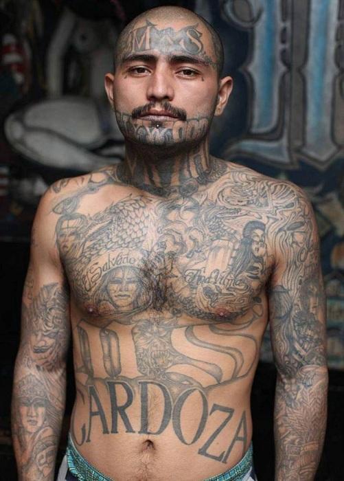 Снимок заключенного сальвадорской тюрьмы, сделанный фотографом Adam Hilton.