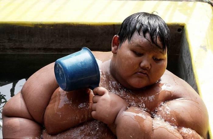 Арья проводит в бассейне по несколько часов в день.