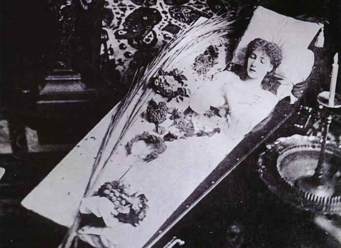Актриса Сара Бернар позирует в гробу. | Фото: theredlist.com.