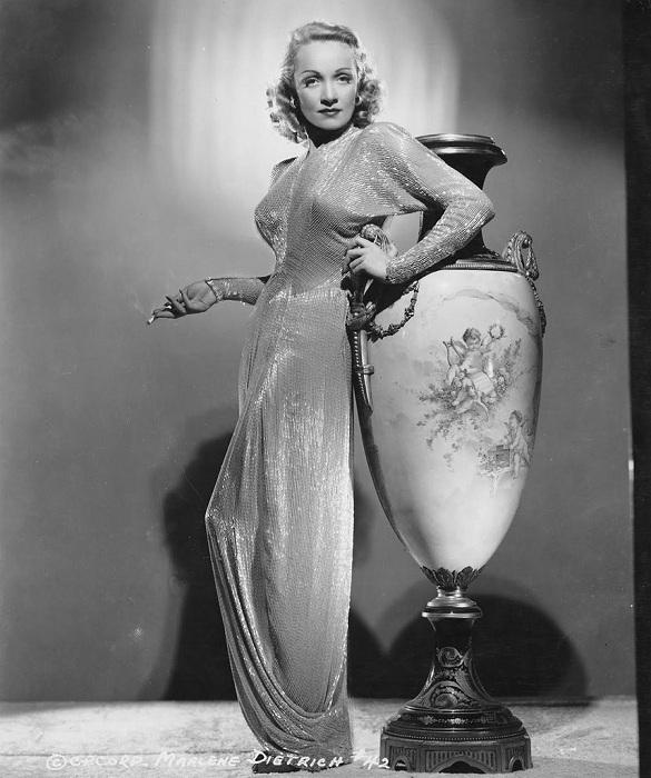 Голливудская актриса марлен Дитрих в платье из стекляруса.