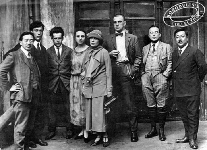 Борис Пастернак (второй слева), Сергей Эйзенштейн (третий слева), Лиля Брик (4-я справа), Владимир Маяковский (третий справа) и другие, Москва, 1924 г. | Фото: qna.center.