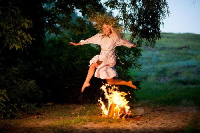 Праздник Ивана Купала на Руси сопровождался любовными игрищами. | Фото: mtdata.ru.