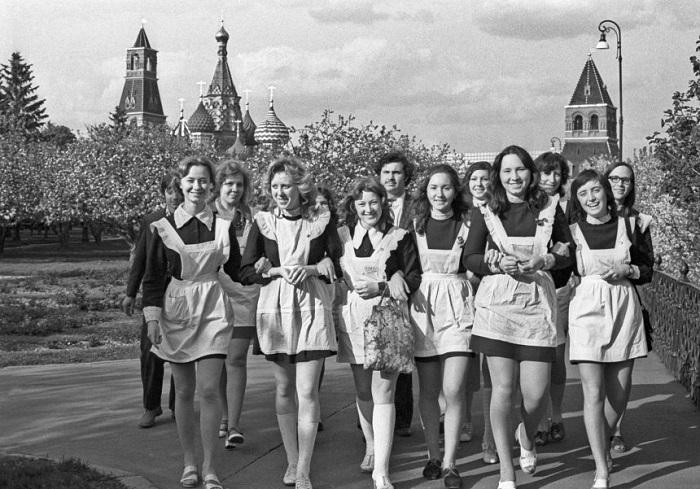 Советские школьницы в коротких юбках. | Фото: cs7003.vk.me.