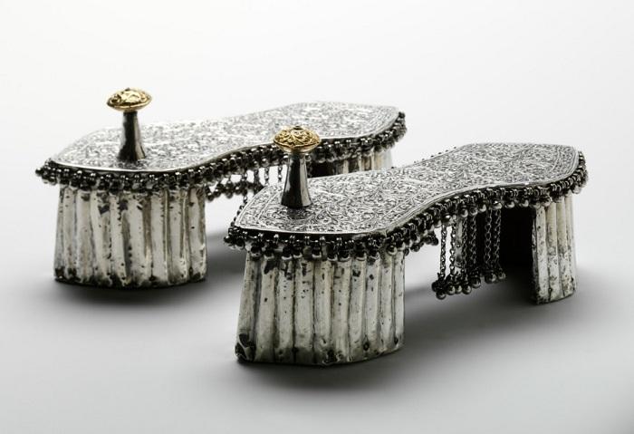 Падуки – свадебная индийская обувь с колышком между пальцев (1800 год).