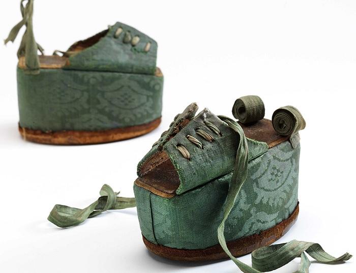 Изящные туфельки для «лотосовых» ножек аристократок в средневековой Японии.