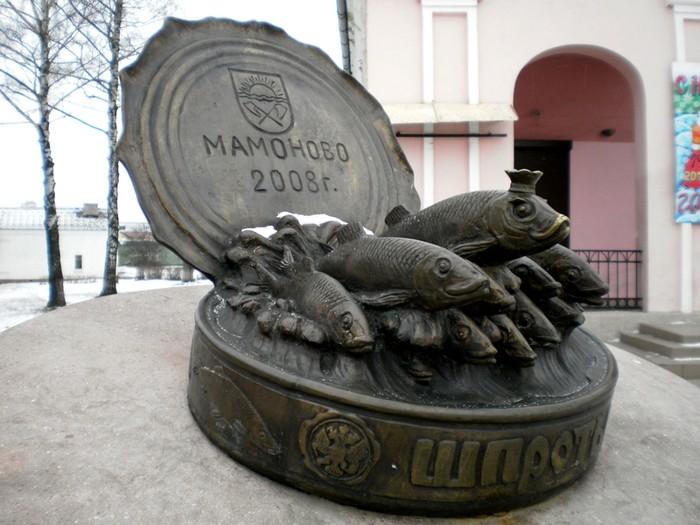 Памятник балтийским шпротам. | Фото: fishki.net.