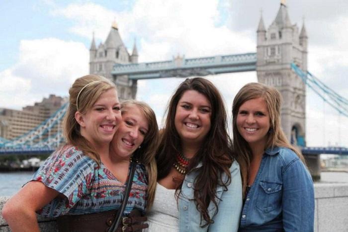 Сестры Хенсел с друзьями. | Фото: agentur.ml.
