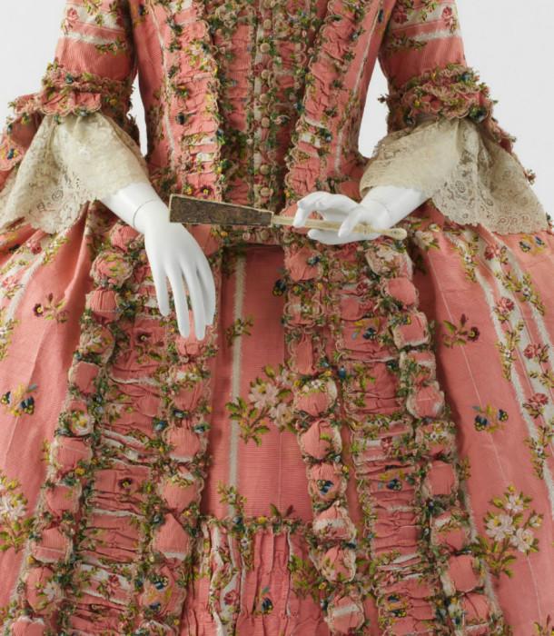 Платье придворной дамы, Франция, 1775 год. | Фото: fiveminutehistory.com.