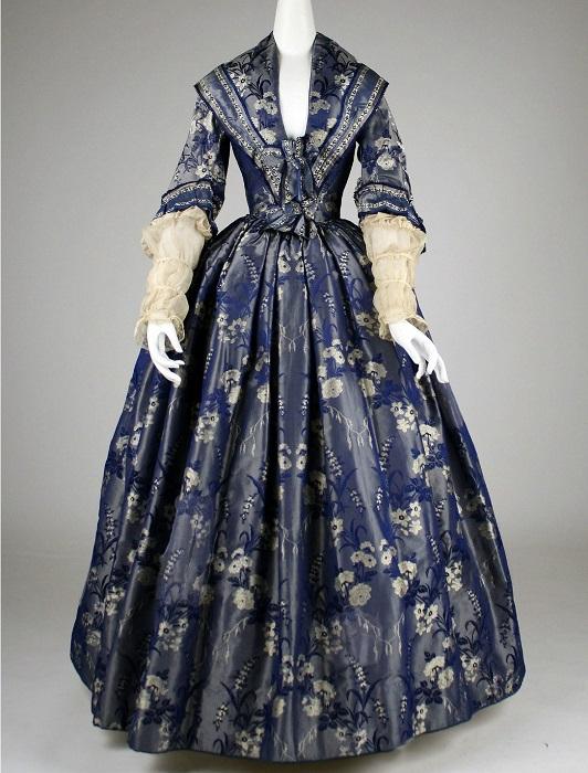 Шелковое платье, 1842 год. | Фото: fiveminutehistory.com.