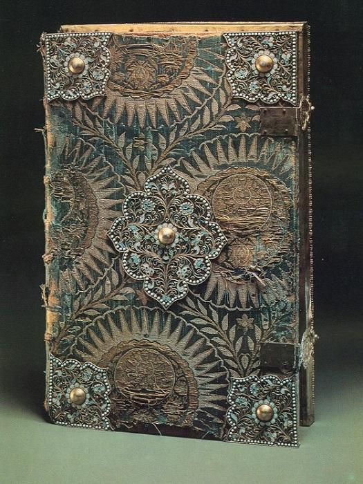 Книга, украшенная сканью. | Фото: m.colors.life.