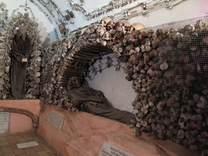 Кости католических монахов сложены для дальнейшего сохранения. | Фото: cdn.drprem.com.