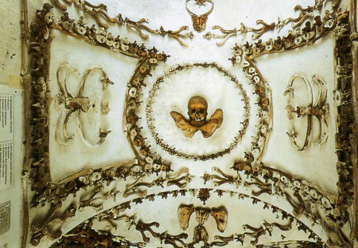 Жуткий орнамент, выполненный человеческими костями. | Фото: flickr.com.