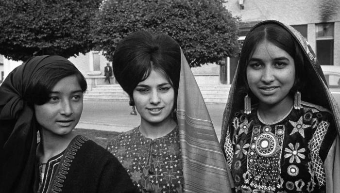 Афганские девушки, прекрасно сочетающие в себе восточные черты и западную моду.