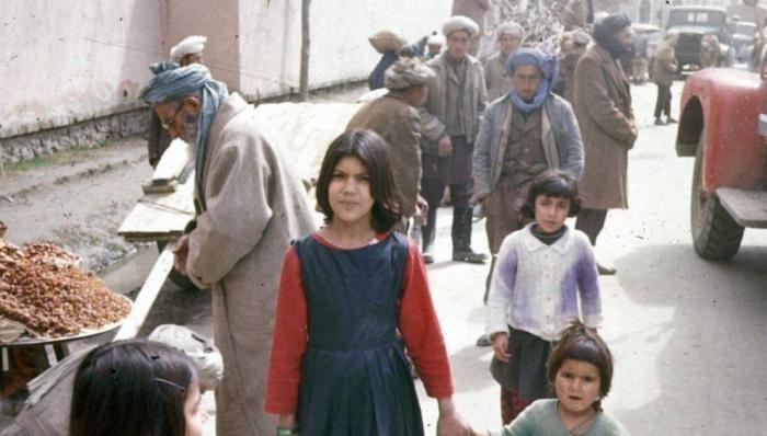 Афганские дети без страха позируют на камеру.
