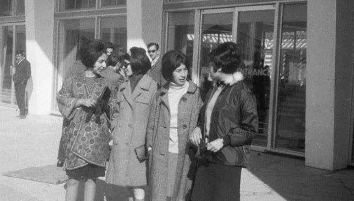 1967 год. Модные студентки отправляются на учебу.